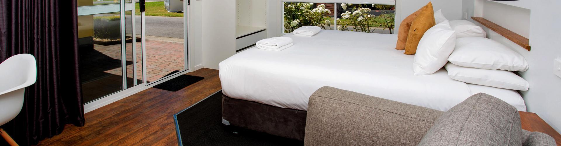 BIG4 Traralgon Park Lane Holiday Park - Studio Cabin - Living Bed
