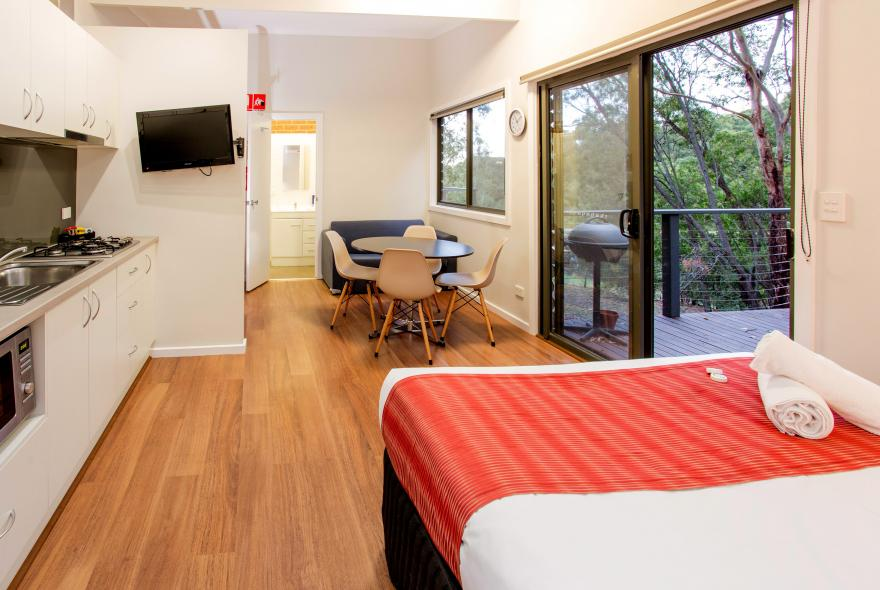 BIG4 Yarra Valley Park Lane Holiday Park - Hilltop Studio - Living area