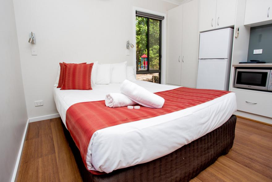 BIG4 Yarra Valley Park Lane Holiday Park - Hilltop Cabin - 1 Bedroom - Bed