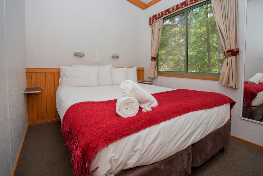 BIG4 Yarra Valley Park Lane Holiday Park - 3 Bedroom Hilltop Cabin - Bedroom 1