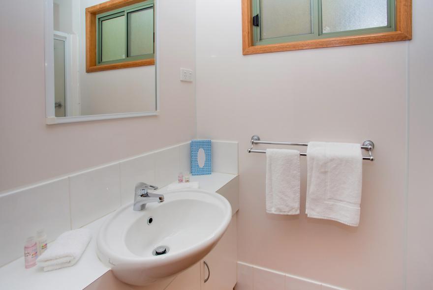 BIG4 Yarra Valley Park Lane Holiday Park - 3 Bedroom Hilltop Cabin - Bathroom