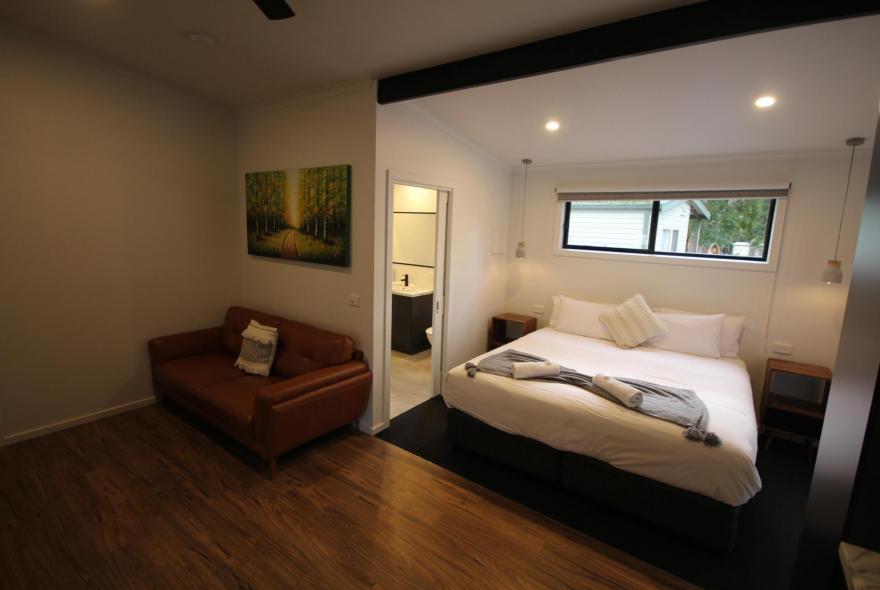 BIG4 Yarra Valley Park Lane Holiday Park - Studio Cabin - Bed and Living