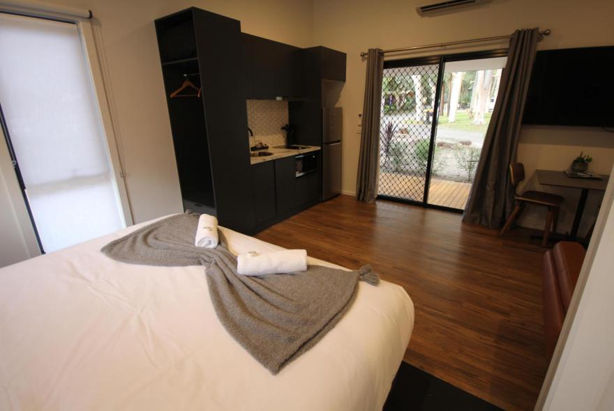 BIG4 Yarra Valley Park Lane Holiday Park - Studio Cabin - Bed and Kitchen