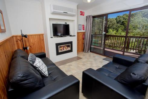 BIG4 Yarra Valley Park Lane Holiday Park - Lakeview Cabin - 2 Bedroom - Living area