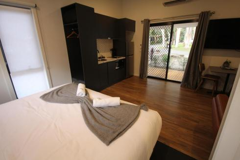 BIG4 Yarra Valley Park Lane Holiday Park - Studio Cabin - Bed and Kitchen