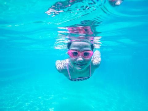 BIG4 Yarra Valley Park Lane Holiday Park - Outdoor Pool - Kid underwater photo